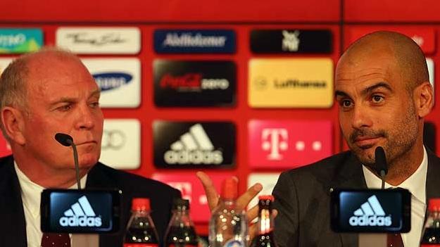 هونيس بجانب غوارديولا خلال تقديمه أمام الإعلام