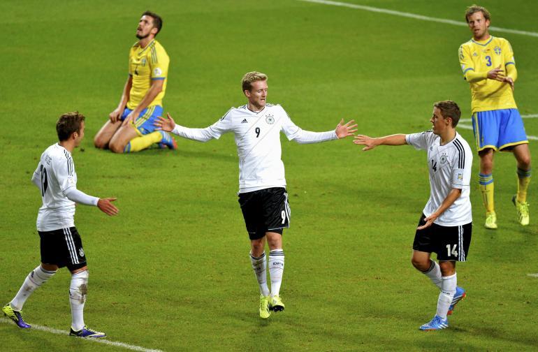 شورله يحتفل مع زملائه في مباراة السويد
