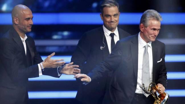 غوارديولا يسلم هاينكس جائزة بامبي
