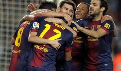فرحة لاعبي برشلونه بهدف بيدرو امام ريال بيتيس