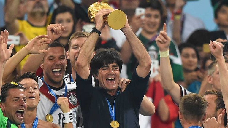 joachim-loew-jules-rimet-trophy-world-cup-germany_3172306