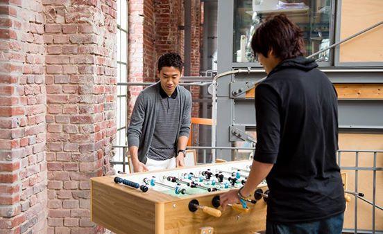 أوتشيدا وكاغاوا في صراع خلال لعبة كرة القدم الطاولة