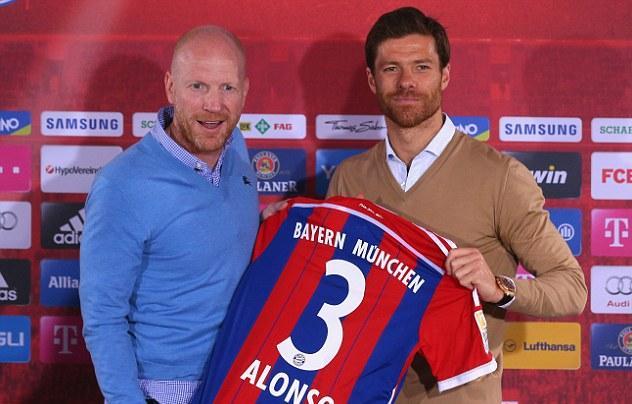 المدير الرياضي لبايرن ميونخ مُجب بما يقدمه ألونسو مع الفريق