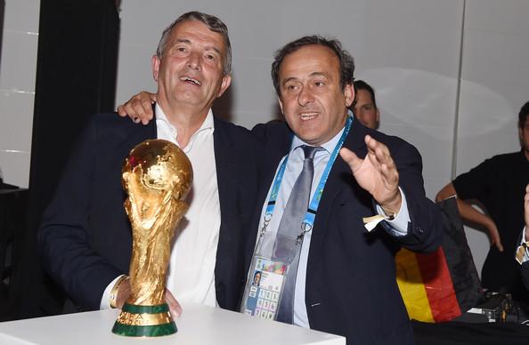 بلاتيني يؤكد على ضرورة فوز أحد لاعبي المنتخب الألماني بالكرة الذهبية