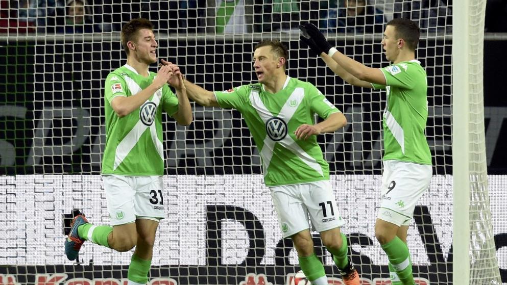 لاعبي فولفسبورغ يحتفلون مع روبن كنوخ بعد تسجيل الهدف