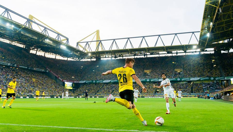 بيتشيك ينفذ كرة عرضية خلال مباراة دورتموند وفولفسبيرغ النمساوي