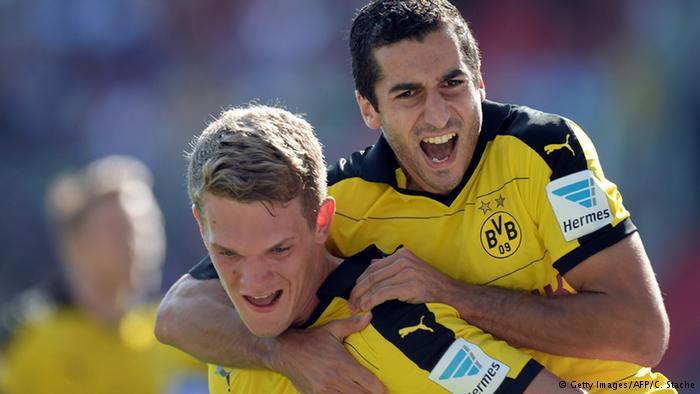 فرحة مخيتريان مع زميله في فريقه في دورتموند ماتياس غينتر بهدف في مرمى انغولشتات في الدوري الألماني