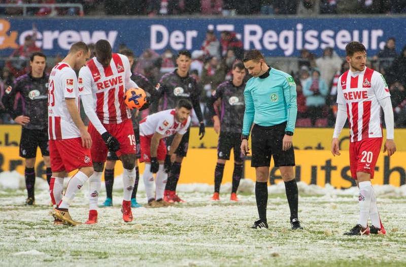الحكم يبحث عن نقطة الجزاء في مباراة كولن وفرايبورغ