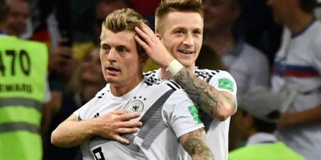 توني كروس وماركو رويس يحتفلان بهدف الفوز أمام السويد