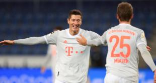 توماس مولر وروبرت ليفاندوفسكي في مباراة أرمينيا بيلفيلد